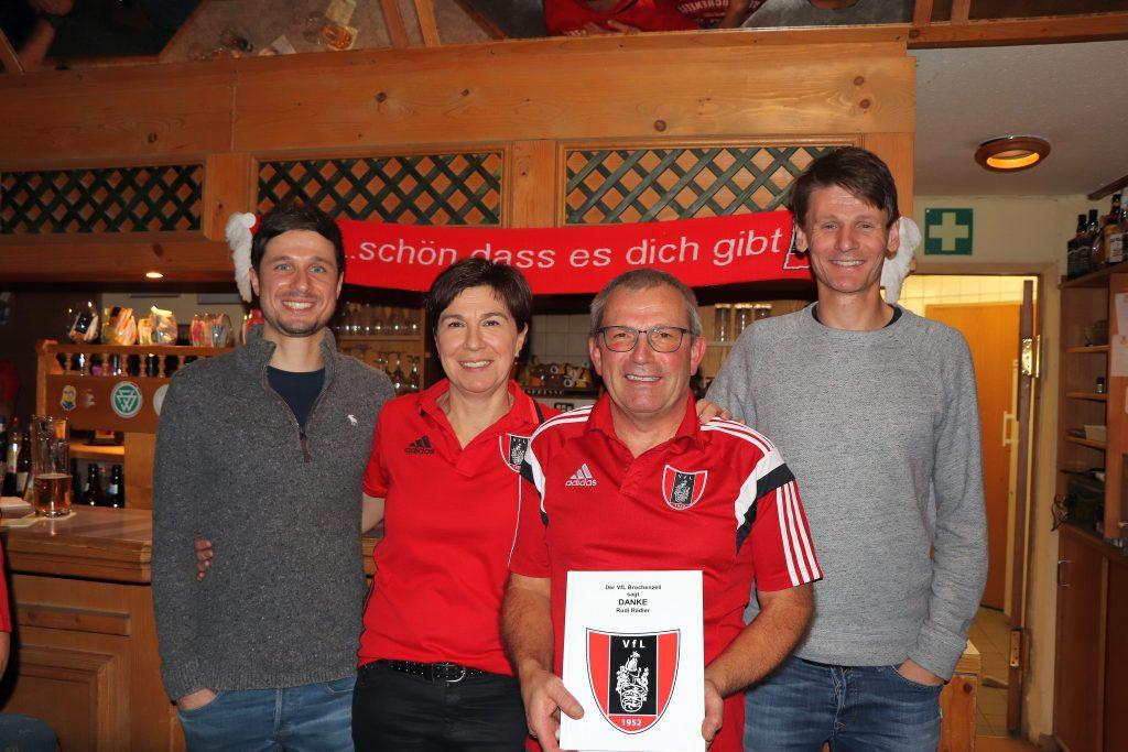 Die neu gewählten Vorstände (links) Oliver Kovatschevitsch, Petra Spornik und Claudio Hirscher (rechts) verabschieden Rudi Rädler